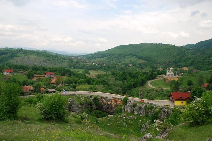 Unul dintre cele mai frumoase locuri de vizitat in Romania dar si din intreaga lume este Podul lui Dumnezeu.  Acesta este un pod natural situat la Ponoarele. Este cel mai mare pod natural din tara, al doilea din Europa si singurul deschis circulatiei autovehiculelor. Are o lungime de 30 de m.