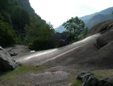 Roccia guidata.  Pietra della fertilita' o scivolo delle donne. Villaggio di Machaby,Arnad, Aosta.