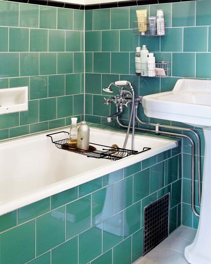 Varför inte våga lite kulör på kaklet som i detta varsamt renoverade badrum i 20-talsstil?! Kulören heter Jade Breeze.  #byggfabriken #byggnadsvård #victorianfloortiles #originalstyletiles #jadebreeze #hexagon