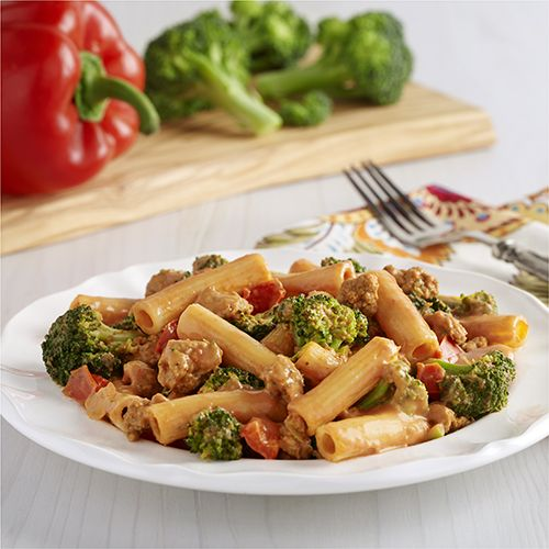 Pasta Rigatoni Cremosa con Salchicha y Brócoli: Receta de pasta rigatoni con salchicha italiana de pavo picante, brócoli fresco y pimiento rojo en una salsa cremosa de tomate