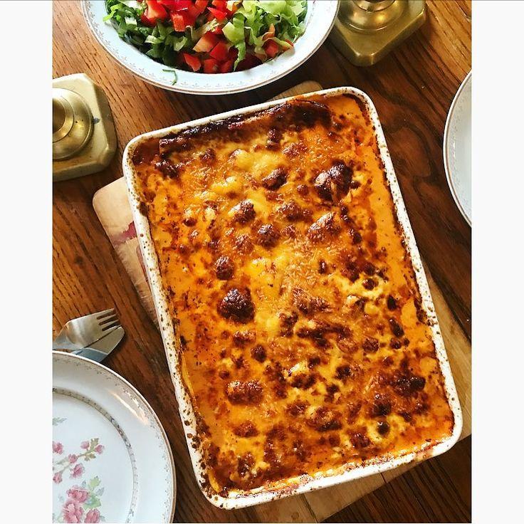 Söndag & LCHF lasagne; bönpasta plattor, köttfärssås (lök, vitlök, nötkött, krossade tomater, tomatpuré, färska gröna kryddor; oregano, basilika och timjan) och ostsås som är gjord på 2 dl créme fraîche, 1 dl grädde, 1-2 dl vatten, 2 dl riven ost, salt, peppar och muskotnöt. -> @56kilo.se har jättebra recept på lasagneplattor.