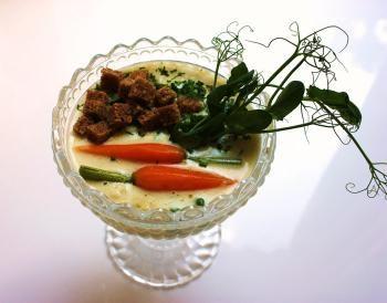 Kesäkeitto kuuluu kesän parhaimpiin herkkuihin. Keitto valmistetaan tuoreista vihanneksista, jolloin vihannesten maku on täyteläisimmillään. Klassikkoa nautitaan nyt maukkaasti perunalimppukrutonkien kera!
