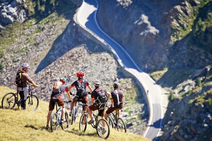"""Santa Caterina negli ultimi anni ha riscoperto la sua vocazione per le """"ruote grasse"""": innumerevoli sono gli itinerari che vi permetteranno di scoprire il meraviglioso Parco Nazionale dello Stelvio:"""