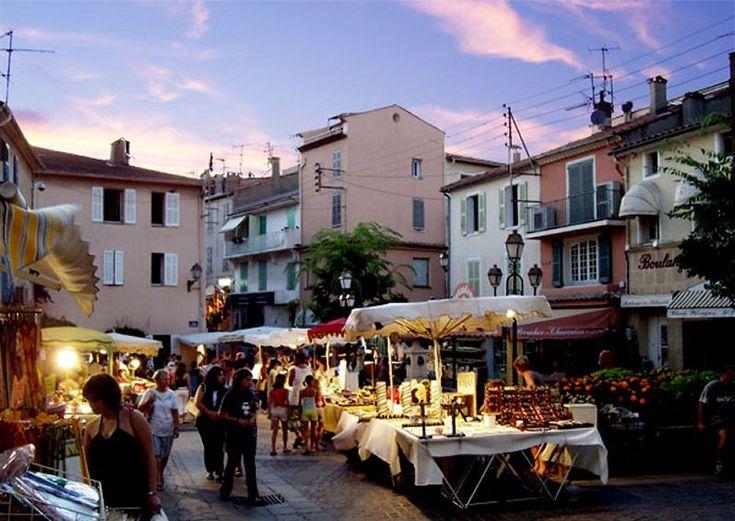 Le #marché nocturne en saison estivale, place du marché.