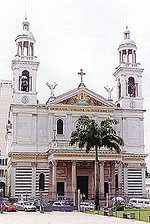 A Basílica de Nazaré fica localizada na Praça Justo Chermont, em Belém, sendo uma das poucas existentes no Brasil. Ela foi construída em 1909 pelos padres barnabitas, de Milão, através de doações de famílias tradicionais de Belém. Cada uma foi homenageada com mármore, 53 vitrais dentro da igreja, paredes forradas com mosaicos de pedras e teto de cedro vermelho. Ela foi inaugurada, ainda em obras, no ano de 1923. A obra lembra, em sua fachada, a Basílica de São Paulo (na Itália).