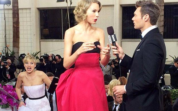 Jennifer Lawrence é a rainha da trollagem. A melhor com certeza foi quando ela fez careta atrás da amiga Taylor Swift, no Globo de Ouro.