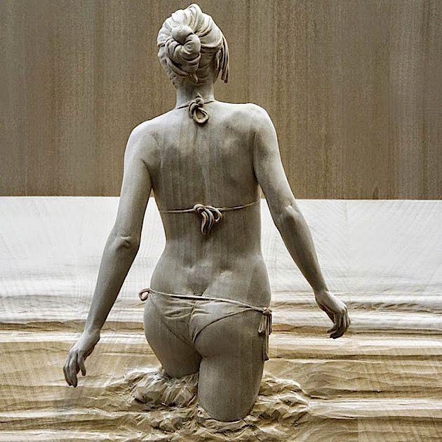 Der italienische Künstler Peter Demetz macht diese fantastischen Holzskulpturen. Die Frauen, Männer und Kinder werden mit Hand geschnitzt und sind um die 0,5 bis 1,3 Meter groß. Das Faszinierende daran sind seine lebensechten Details. Man sieht jede Falte der Kleidung und der Haut, als würde man auf Fotos lebender Personen gucken. Mir gefällt auch, dass man die Leute selten von vorne sieht. Meist beobachten wir sie in ganz normalen Situationen, die für Skulpturen eher ungewohnt sind.