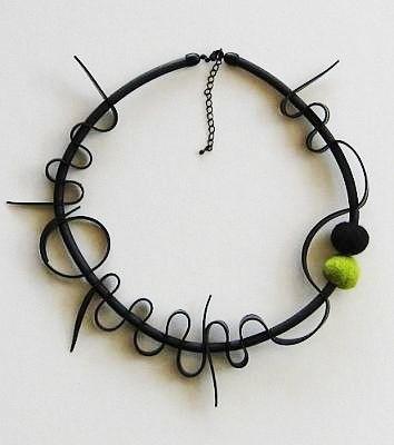 Gummihalsband med ullbollar. Rubber necklacewith wool balls