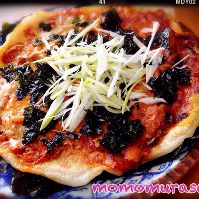 だーい好きなキムチーズ餅ピザ 今日は両面焼いてチーズとキムチサンド 底に海苔一枚 トッピングに韓国海苔散らして ネギに塩と胡麻油をちょろっとw カットしたら、海苔でくるっと巻いて 召し上がれ〜✨ 朝から飲みたくなるネ〜 お誕生日おめでとう - 145件のもぐもぐ - ともさんの料理 キムチーズ餅♪ by momomurasaki