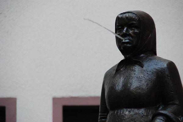 05_Frau-Rauscher-spuckende-Statue-Frankfurt