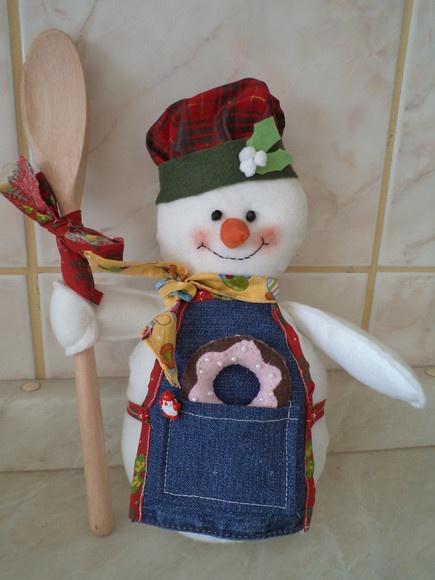 Boneco de neve cozinheiro em feltro. Com enchimento em fibra. Peso na parte de baixo (fica em pé). Avental em jeans com bolso, chapéu e lenço em tecido estampa natalina. Acompanha colher de pau e donut em feltro. Medida aproximada 35cm. R$52,00