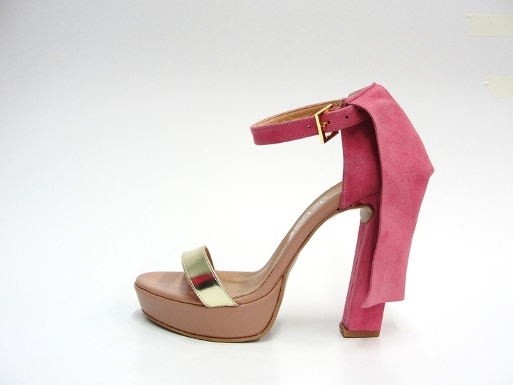 leather upper. 11,5cm heel. 2cm platform.