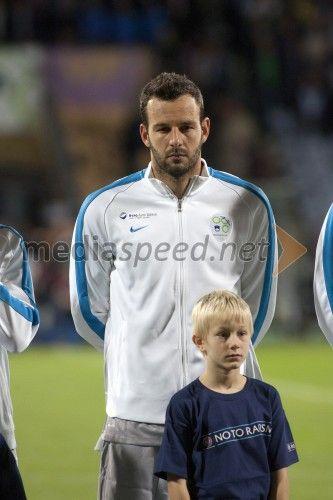 Samir Handanović, vratar  http://www.mediaspeed.net/skupine/prikazi/11009-slovenska-nogometna-reprezentanca-premagala-svico-v-ljudskem-vrtu