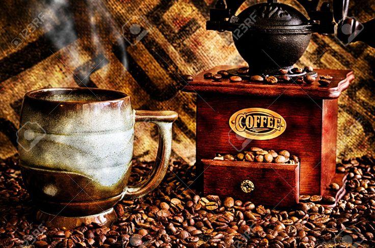 Esta Imagen Es Un Primer Plano De Una Taza De Café Humeante Con Granos De Café, Molinillo De Café Y Café Bolsa De Frijoles En El Fondo. Fotos, Retratos, Imágenes Y Fotografía De Archivo Libres De Derecho. Image 21966176.