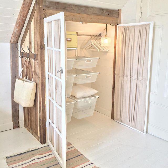 Många av er som blev nyfikna att få se i garderoben , och såhär blev det utdragbara lådor och hyllor från Ikea (Algot )stången i taket är också från Ikea (grundtal från köksavdelning ) gillar när allt kommer upp från golvet #interior9508 #interior4all #mynorwegianhome #torpet125 #homes_norway #scandiviskehjem #nordiskehjem #svenskahem #fönsterdörr #återbruk #diy #kattvind #snedtak #finahem #finahemsnoideer #renoveringsdamm #ikea #inredningsdesign #ikeaalgot #sovrumsinspo #sovloft #p...