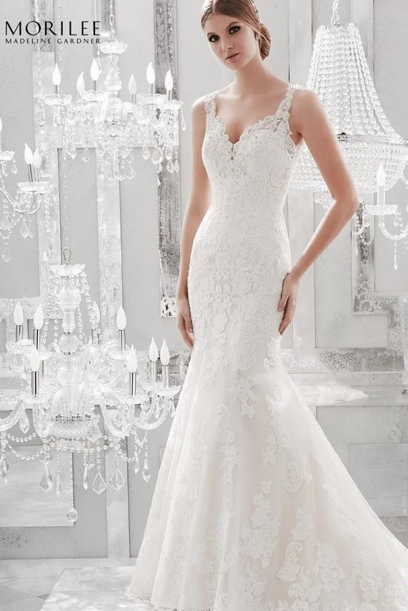 bd247c6993 Romantikus alenkon csipkéből készült Main by Morilee sellő fazonú  vállpántos esküvői ruha. Könnyed és nőies ugyanakkor renkdívül elegáns.