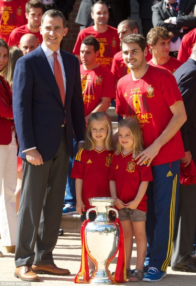 Prince Felipe of Spain, Princess Leonor of Spain, Princess Sofia of Spain and Iker Casillas of Spain pose with the trophy