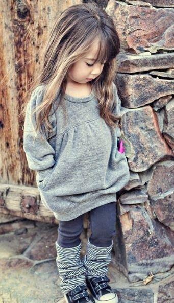 Cute Girls Outfits: grijze gebreide tuniek, jurk, grijze legging, zwarte sneakers, gestreepte beenwarmers