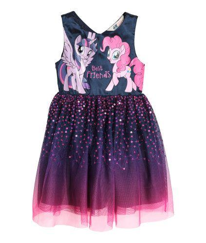 Lilla/My Little Pony. En kjole i vevd kvalitet med glans. Trykt motiv foran og utsvingt tyllskjørt med paljetter. Trykknapper bak. Fôret.