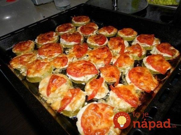 Toto jedlo robím v lete namiesto obložených chlebíkov a jednohubiek: Cuketové kolieska zapečené so syrom, šunkou a rajčinou, sú ešte lepšie a aj ľahšie!