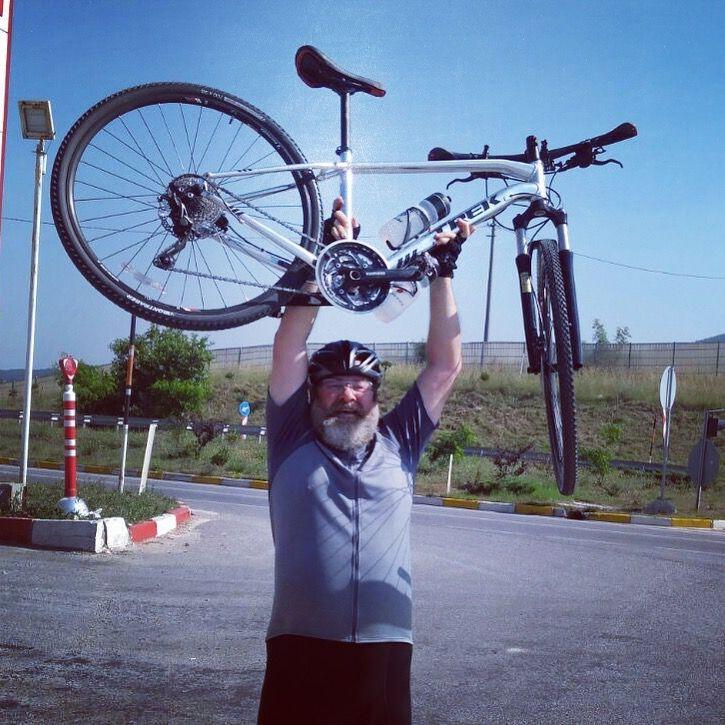 """VALLA """"BRAVO"""" BANA... #Yalova'dan #Bursa'ya giderken, kamyoncuların kabusu olan 8 km uzunluktaki #Süpürgelik rampasını  kaba hesapla 40 yıl sonra, #Y&B bisiklet grubum ile #İznikGölü II programımızın ilk gününde, yine #bisiklet ile tırmandım. Bu beter yokusu 🚴🏼 ile son tırmandıgımda yasım 15 bile degildi, simdi 55. Hava 39C, hissedilen daha da fazla! """"Allah akıl fikir versin"""" ya da """"bravo"""" bana :)"""