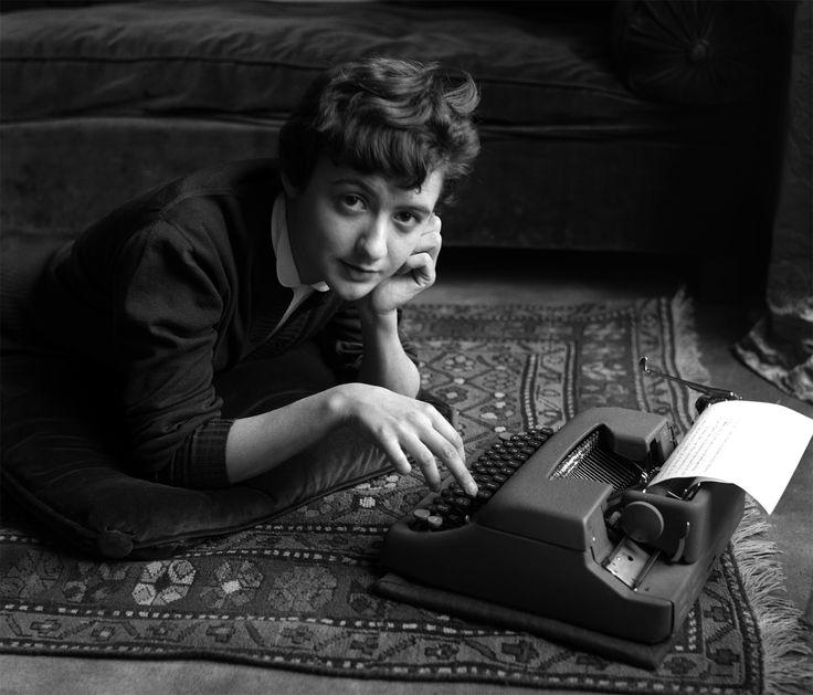 """Françoise Sagan a casa di Sabine Weiss nel giorno dell'uscita del suo romanzo """"Buongiorno tristezza!"""", Parigi, 1954. - (Sabine Weiss)"""