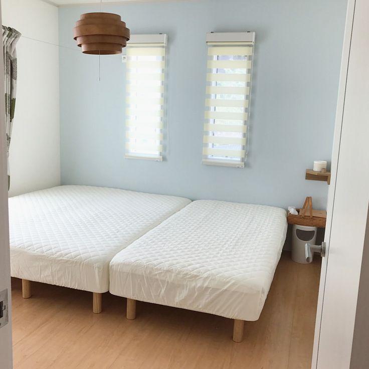 我が家の寝室は無印良品の スモールサイズのベッド2つと シングルベッド1つを並べています。 大きなサイズのベッドを購入せず、今後の家族の成長やライフスタイルの変化に対応出来るように考えてこうしてみました。 * 家族3人広々とゴロゴロと出来て気に入っているのですが、 3枚目の写真を見るとわかるのですが、 何となく隙間が気になります。 数ヶ月前、息子が胃腸炎で夜中に突然嘔吐したのですが、ちょうど隙間をまだがり嘔吐されました 隙間に嘔吐されると…ご想像通り(笑)洗濯や処理が大変でした。。。 * その隙間を埋めようと考え、さらに見た目良くスマートに埋めたいと思い目に付いたのが、 #ベルメゾンデイズ のボックスシーツ型敷パッド。 敷きパッドとシーツが一体型になっているなんて目から鱗な商品! スモールサイズのベッド2台並べるとクイーンサイズになるので、クイーンサイズの敷きパッドを購入し、2台分のベッドを覆いました。 (シングル2つだとキングサイズになります) * 私と息子のベッドの間に隙間もなくなり、…