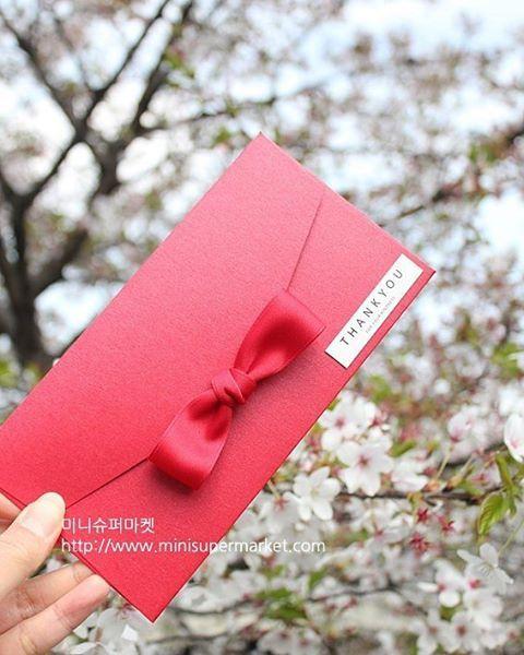 ㅡ 다가오는 5월 각종 행사가 많지요? 부모님께 드릴 용돈 봉투 준비하셔야죠 마음 담은 새하얀 봉투도 좋지만 가끔은 좀 더 예쁜 봉투에 넣어 드리시면 어떨까요?😍 ㅡ 친구 결혼식에 축의금 봉투 친구들끼리 모아서 드리기도 하시죠? 친구들 마음 모아~모아 이쁜 봉투에 전해드리세요😗 ㅡ 감사드리는 은사님, 업무실적 좋은 직원 좋은 날 맞은 친구. 지인에게 미니슈퍼마켓만의 특별한 봉투에 마음을 담아보세요😄 ㅡ ✔상품구매는 프로필 링크💕 . . . . . . #미니슈퍼마켓 #미니공방 #슈퍼언니  #일상 #청주 #청주리본공예 #청주핸드메이드 #청주선물포장 #선물포장 #선물포장대행 #선물상자 #용돈봉투 #현금봉투 #상품권봉투 #축의금봉투 #예쁜봉투 #어버이날선물 #남친엄마선물 #시부모님선물 #축의금봉투 #답례봉투