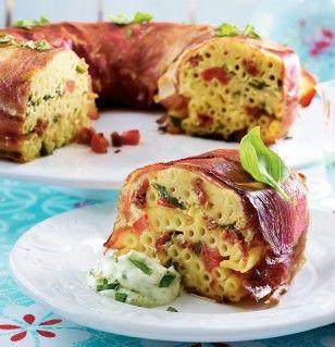 Mit diesem Rezept begeistern Sie Ihre Gäste: Schinken-Pasta-Kuchen mit Basilikumcreme