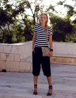 黒ハーフパンツとボーダーTシャツの夏レディース