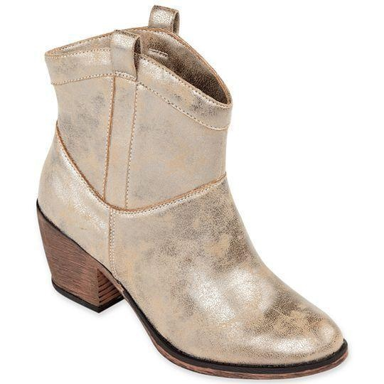 These short-shafted western booties look great when paired with girly skirts and dresses.