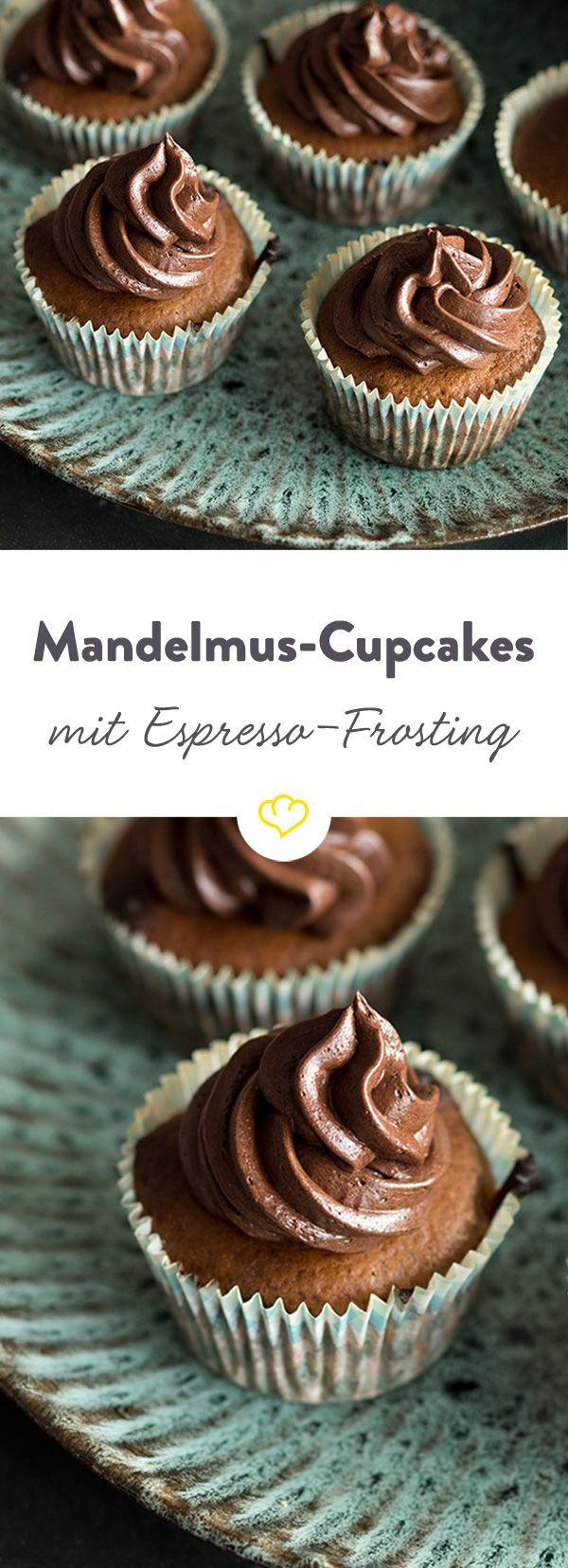 Diese Cupcakes mit Espresso-Frosting sind mit einer ganz besonderen Zutat gemacht: Mandelmus. Herrlich cremig und aromatisch zugleich.