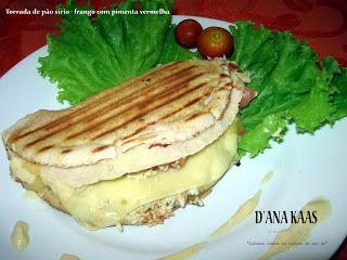 Tostada de pão sírio [dobrado], peito de frango desfiado, molho de pimenta vermelha, mussarela, provolone, tomate, orégano e molho especia