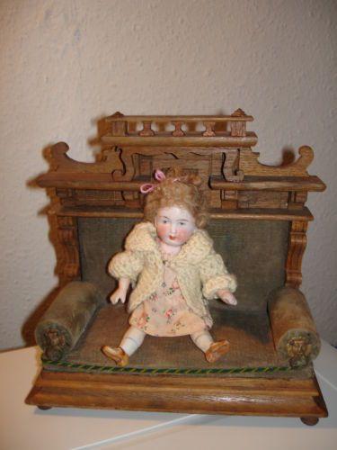 Puppenstuben-Sofa-Historismus-um-1880-mit-Porzellanpueppchen