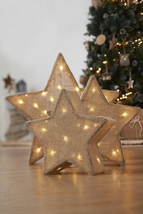 como hacer una estrella de arpillera, figuras de estrellas de cinco puntas con lámpara dentro, adornos en tres tamaños diferentes