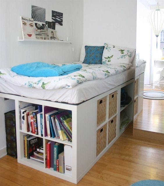Очень высокая кровать с полками и корзинами, забраться на которую можно только по полкам. .