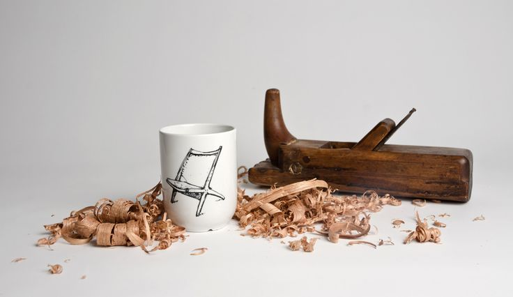 Norwegian Classics – Share a cup of coffee with a friend and help us retell the stories. This cup portrays the chair Krysset, which was designed by Fredrik Kayser in 1956. #NorwegianClassics #Figgjo #cup #Fimbuldesign By FimbulDesign