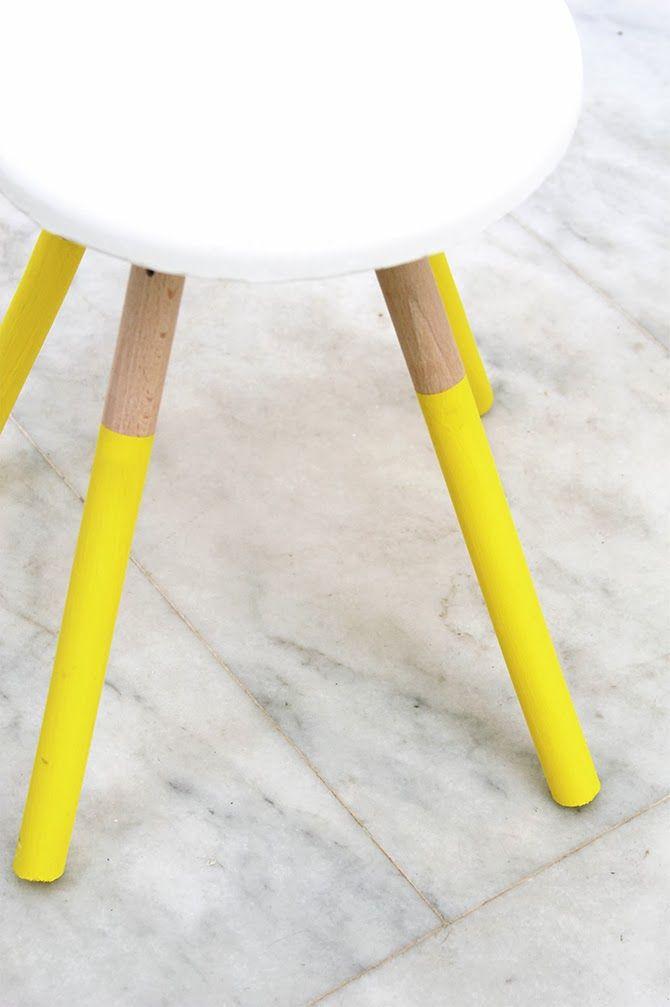 Leicht gemachter Stuhl aus Giessbeton und 4 Holzbeinen - Beine bemalen, Plastikeimer mit durchsichtiger Folie belegen, Beton anrühren, in der Höhe des Sitzes auf den Boden des Eimers giessen, Holzbeine nach leichter Härtung reingeben, trockenen lassen, stülpen und der Hocker ist fertig , nach Wunsch bemalen.