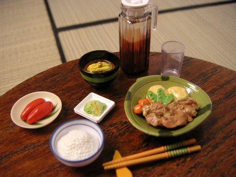 食卓に並べました。               肉じゃがは和食処のシリーズを使いました。               なすの味噌汁、めんたいこ、漬物               生野菜が足りないかな・・・
