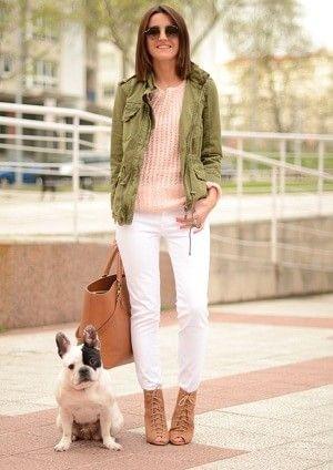 カーキ色ミリタリージャケットとピンクのインナーと白パンツ