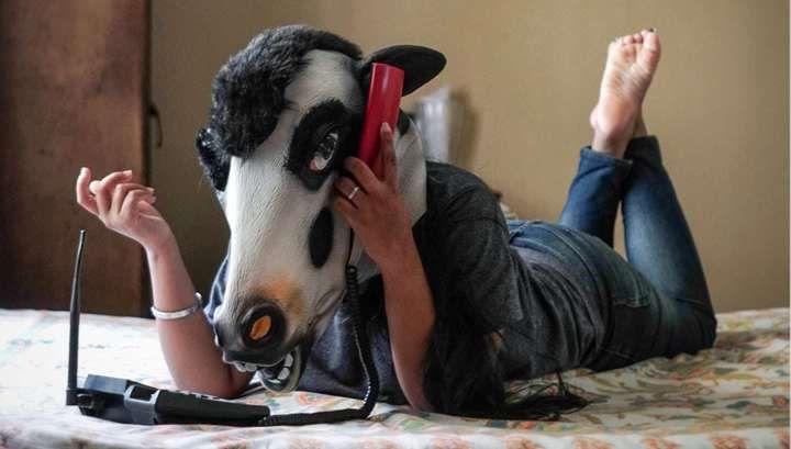 В Индии женщины фотографируются с маской коровы на голове  http://da-info.pro/news/v-indii-zensiny-fotografiruutsa-s-maskoj-korovy-na-golove