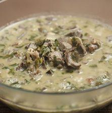 Κλασσική πλούσια και αξεπέραστη μαγειρίτσα με μπόλικες πρασινάδες που την ελαφραίνουν αρκετά. Η διαφορά είναι ότι δεν έχει ρύζι