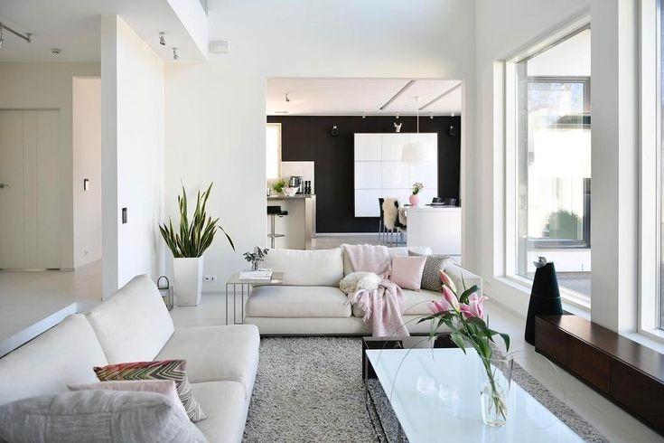 Avara olohuone, tilan valoisuus ja huikeat näkymät ulos suurista ikkunoista tarjoavat viihtyisät puitteet oleskeluun.