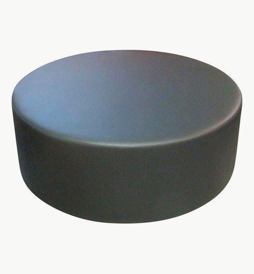 Specialtillverkad sittpuff med diametern 120 cm, sitthöjden 45 cm och ''dolda'' ben med höjden 2,5 cm. Konstläder: Pisa från Nevotex Färg: nr 3349 svart
