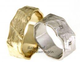 """Hard is er gewerkt aan de """"body"""" van deze ambachtelijke, 8 mm. brede trouwringen van witgoud of geelgoud. De """"body"""" van deze ring is grillig gevormd. De opgezwollen aders die schuin over de ring lopen, stralen kracht uit. In de dames trouwring zijn er voor de vrouwelijke touch, 3 briljant geslepen diamanten van 0,045 ct. geplaatst."""