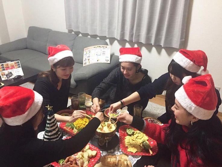 . TAKUNOMIです . 成人式バレンタインとホワイトデー七夕やハロウィンそしてクリスマスなど年間を通して色んなイベントがありますよね . イベントは存分に楽しまないともったいない友達や先輩後輩同僚や恋人など仲良しグループでオリジナルなパーティーを楽しみたいという皆さまにTAKUNOMIをご利用いただいております . 昨年末のクリスマスにTAKUNOMIで楽しいパーティーを開いて下さった方々のお写真をご紹介します . 自宅のリビングみたいな個室空間でオリジナルのパーティーが楽しめるTAKUNOMIなら周りのお客様を気にすることなく和気あいあいと盛り上がれます . 色んなイベントパーティーを開いて楽しい思い出をたくさん作ろう . #TAKUNOMI #ダイニング居酒屋 #居酒屋#個室 #宅飲み#リビング #持ち込み#飲み放題#パーティー#オリジナル #大阪#西中島 #宅呑み#学生#社会人#女子会#誕生日会 #新年会 #VR#ゲーム