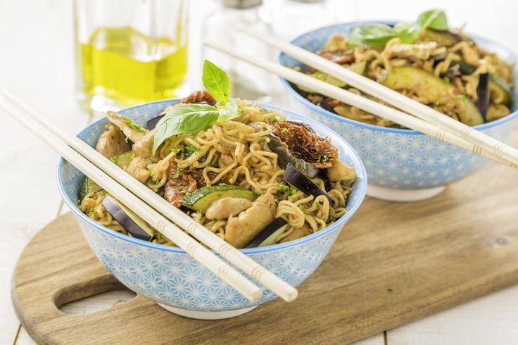 http://www.plus.nl/recept/Noedels-met-kip-en-mediterrane-groenten-r-zg0074 Bekijk via deze link dit heerlijke Zo Gecheft recept. Noedels met kip en mediterrane groenten