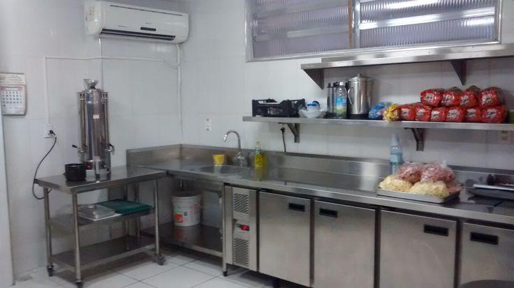 Cafeteira industrial. Balcão frigorífico com pia de apoio e as indispensáveis prateleiras. Notar tela de proteção contra insetos no basculante.