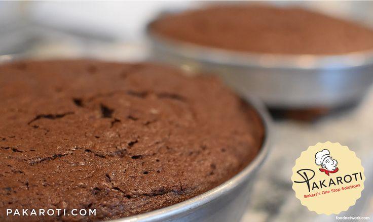 Ketika memanggang dua loyang cake sekaligus, agar hasil akhir cake sama tinggi pastikan panas oven merata pada kedua sisinya. Tipsnya, ketika cake setengah matang, sebaiknya putar-putar posisi kedua loyang. #BakingTips