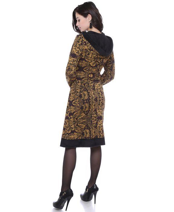 Стильное платье из утепленного трикотажа со стриженым мехом с изнаночной стороны за счет деталей кроя создано защищать в самые сильные холода. Модель с капюшоном на кулиске, завязывающимся на атласные ленты, хорошо укроет в непогоду и подарит ощущение комфорта. Длинные рукава свободного кроя собраны на манжетах. Подол платья, манжеты и кулиска украшены отделкой под стриженый мех для устойчивого сохранения тепла. Юбка миди-длины с функциональными карманами не сковывает движения.